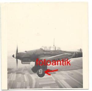 Foto 2 WK Flugzeug JU 87 Stuka mit Kennung Nr 9 bei Flug Einsatz * COMBAT