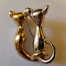 pair of sitting cats signed by Puccini A beautiful gold tone brooch of a