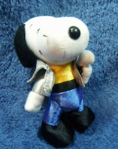 *2134* The Many Lives of Snoopy 2001 - Singer  – Peanuts  – plush – 10cm