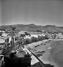 ESPAGNE c. 1955 - Panorama Maisons Petite Plage Sitges - Négatif 6 x 6 - Esp 233