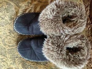 Isotoner Brown Faux Fur Black Faux Suede Slippers Shoes Size 8.5- 9
