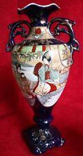 Vase Satsuma début XX siècle sur fond bleu décor de personnages