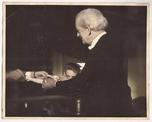 VINTAGE HARRY BLACKSTONE SR. PERFORMING PHOTO 8 x 10 - 1949