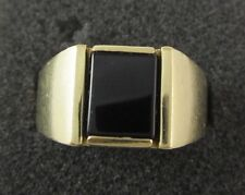 MENS 14K YELLOW GOLD SOLITAIRE ONYX RING; 10.8G