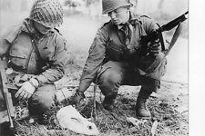 WW2 - Photo - Un instant de douceur pour les parachutistes américains
