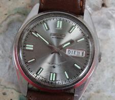 Analoge Seiko Armbanduhren im Vintage-Stil