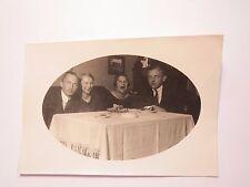 Männer und Frauen beim Kuchen Essen an einem Tisch mit Aschenbecher / Foto