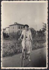 YZ1050 Parma - Donna in bicicletta - Fotografia d'epoca - 1950 vintage photo