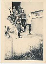 Foto Offiziere-Soldaten mit Orden-Fahrrad  2.WK  (B870)