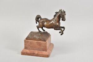 h18a36- Bronzefigur springendes Pferdes auf Marmorsockel, sign. C. Kauba