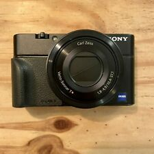 SONY RX100 Kompaktkamera (20 MP, Zeiss-Objektiv, 3,6x opt. Zoom, Zubehörpaket)