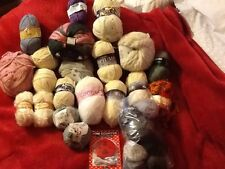 1250 GRAMS OF MIXED YARNS PLUS SCARF SET PLUS A ROW COUNTER