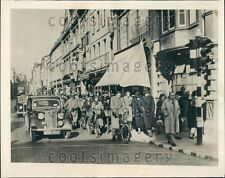 1942 Pedestrians Cyclists Vintage Autos Street Scene Oxford England Press Photo