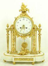FEINE  KAMIN UHR,  BRONZE FEUER VERGOLDET & CARRARA MARMOR um 1820