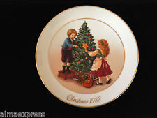 "1982 AVON Christmas Memories Plate ""Keeping the Christmas Tradition"" 2nd Edition"