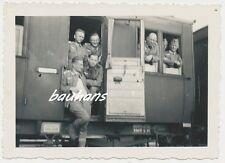 Foto deutsche Landser  auf Eisenbahn-Transport 2.WK (d276)