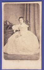 CDV foto ca 1860er-sottili dama in splendida robe, libro; Wroclaw