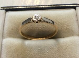 Pretty Ladies Antique 18 Carat Gold and Platinum Small Diamond Solitaire Ring