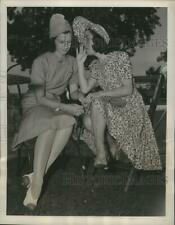 1939 Press Photo Mrs. Ben Hogan, Mrs. Al Watrous converse on anything, but golf