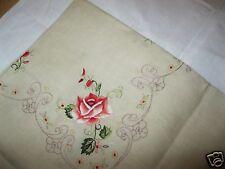 Schöne alte Mitteldecke Oblatenrosen-Stickerei, gebogter Rand beige 85x85 Nr.101