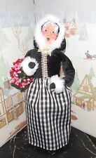 Byers Choice Black and Gold Mrs Claus with Wreath 2017  *