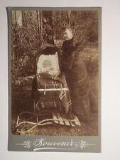 Frau mit Baby im Kinderwagen / KAB