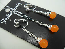 A PRETTY ORANGE JADE NECKLACE AND CLIP ON EARRINGS SET. NEW.