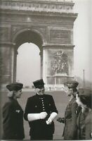 German WW II  Photo  <>    Female Soldiers talking To Police Officer Paris