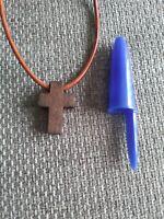 Colgante pequeña cruz madera color marron oscuro con cordon 46 cm largo