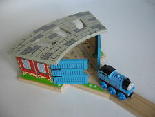 ENGINE SHED Fits  WOODEN TRAIN TRACK SET with Doors ( Brio Thomas )  ~ NEW BOXED