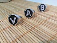 Anello con iniziale lettera regolabile fondo nero strass tutte le lettere