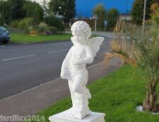 Statue ange avec des roses en pierre reconstituée, ton pierre blanche