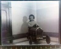 EE102 Plaque verre négatif 1930 TBE 12x9 cm petite fille voiture à pédale