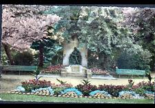 SAINT-QUENTIN (02) MONUMENT à l'ECOLE LAIQUE au JARDIN D'ORTICULTURE en 1957