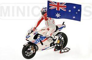 MINICHAMPS 122 090127 DUCATI DESMO GP09 MotoGP bike C Stoner figure flag 1:12th