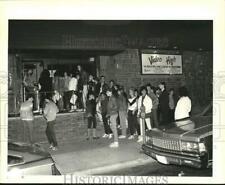 1985 Press Photo Teenagers in line at a Great Kills club - sia08752