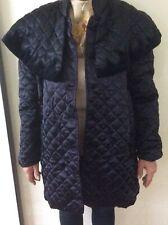 Satén Negro, tres cuartos de longitud por dekers de Parris, acolchado abrigo de noche