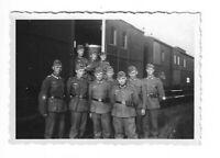 Foto, Soldatengruppe in Uniform, Mütze, Eisenbahnwagen