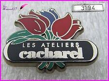 """Pin's Parfum Perfume Fleurs """" Les ateliers de CACHAREL """" Très rare numéroté 3194"""
