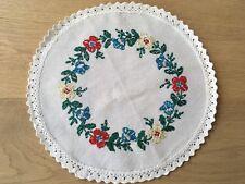 alte TISCHWÄSCHE Decker rund bestickt mit Blumen Ostern mit Klöppelspitze