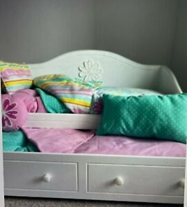 AMERICAN GIRL DREAMY WOODEN DAY BED WITH WITH ORIGINAL BEDDING BNWOB