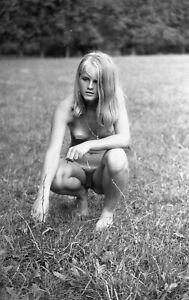 G.  NEGATIV Junge nackte blonde Frau  auf der Wiese 1960/70er  ca. 24 mm x 36 mm