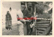 Foto, 2/Pz.Jg. Regt. 253, Marsch nach Russland, Russe schlachtet eine Ente, 1941