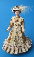 elegante Puppe Dame Lady beiges Kleid und Hut Puppenstube Miniatur 1 12