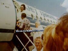 ORIGINAL VTG-PHOTO-ELVIS BOARDING PLANE JUNE 21, 1973 MOBILE, ALABAMA   { #4 }