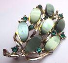 broche ancien bijou vintage couleur or cristaux vert cabochon déco floral 2302