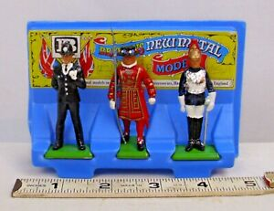 BRITAINS OF ENGLAND BEEFEATER, ROYAL GUARD, GUARD 3 FIGURE SET BOXED