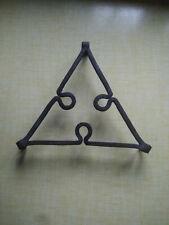 joli dessous de plat ou support triangulaire en métal fer forgé 60/70