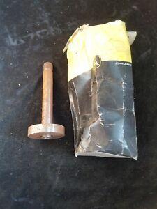 John Deere Original Equipment OEM AM39918 Spindle