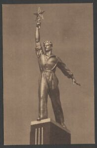 1939 Giant Worker figure at USSR pavilion New York World's fair vintage postcard